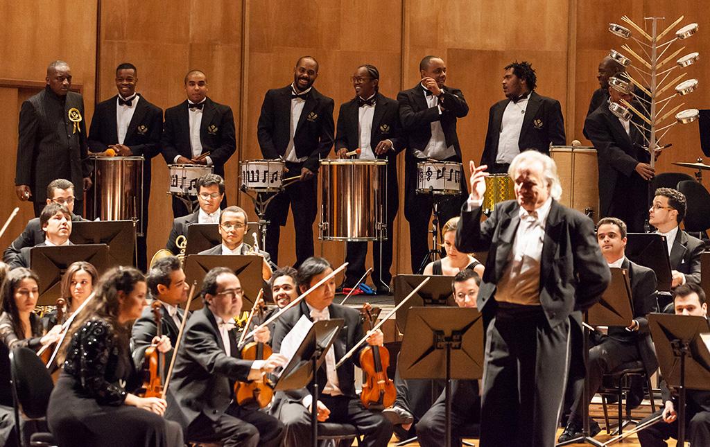 João Carlos Martins, Orquestra Filarmônica Bachiana SESI- SP e bateria da Vai-Vai - Revista Shopping Centers