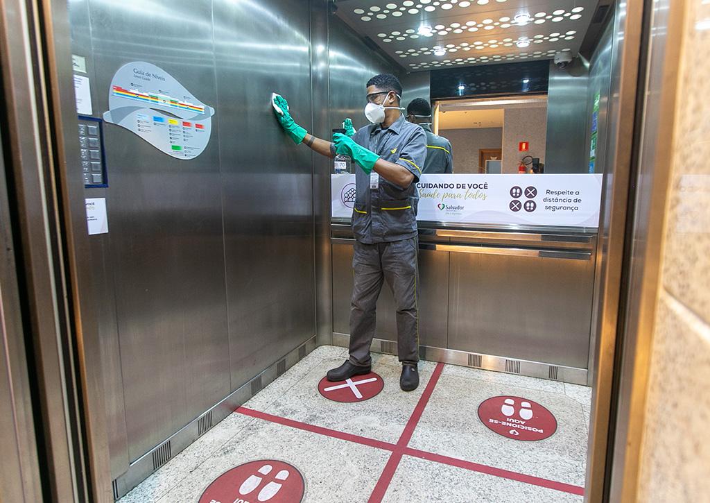 Limpeza de elevador - Revista Shopping Centers