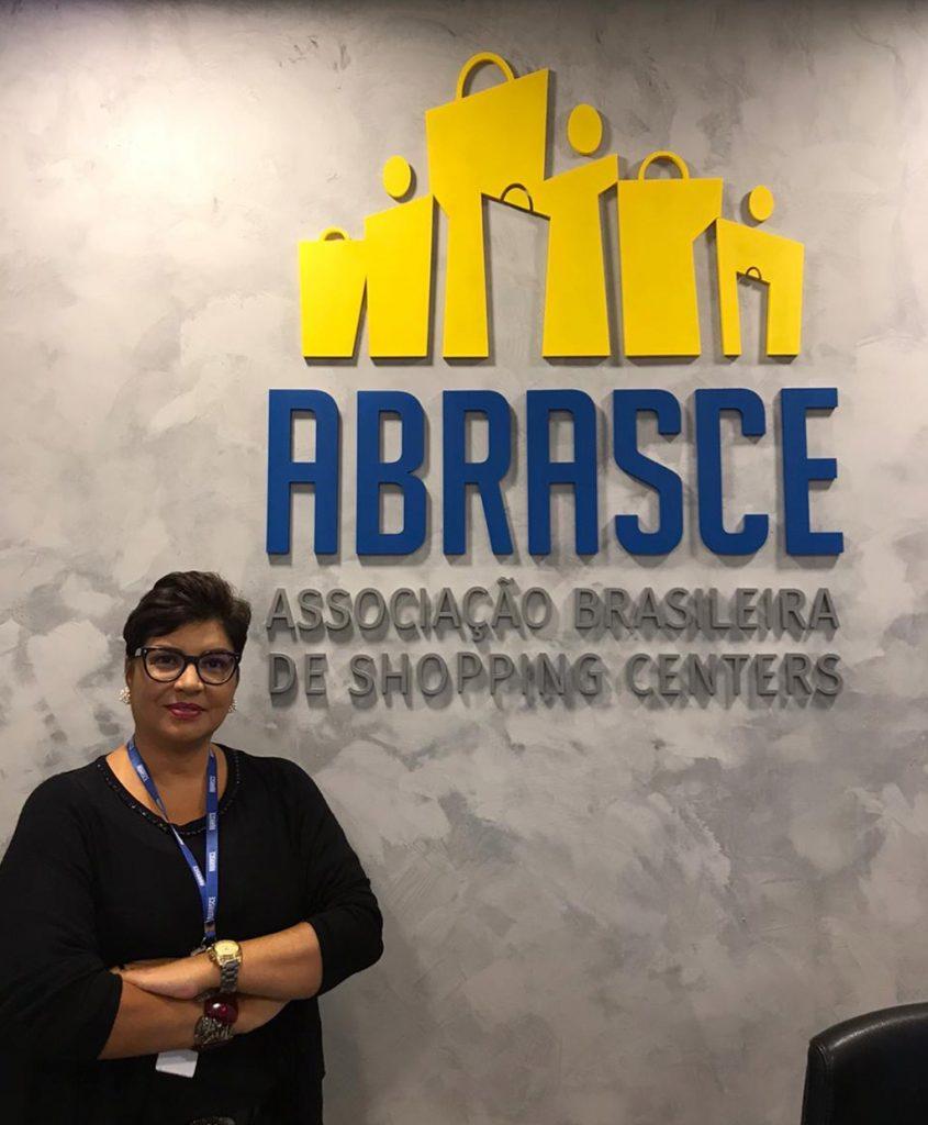 Abrasce no enfrentamento à crise - Mônica Vianna, gerente de relacionamento e insights - Revista Shopping Centers