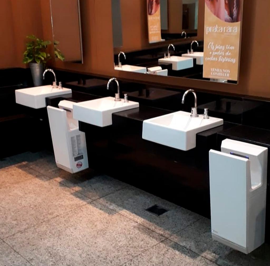 Banheiro de shopping com secadores de mão Mitsubishi Electric - Revista Shopping Centers